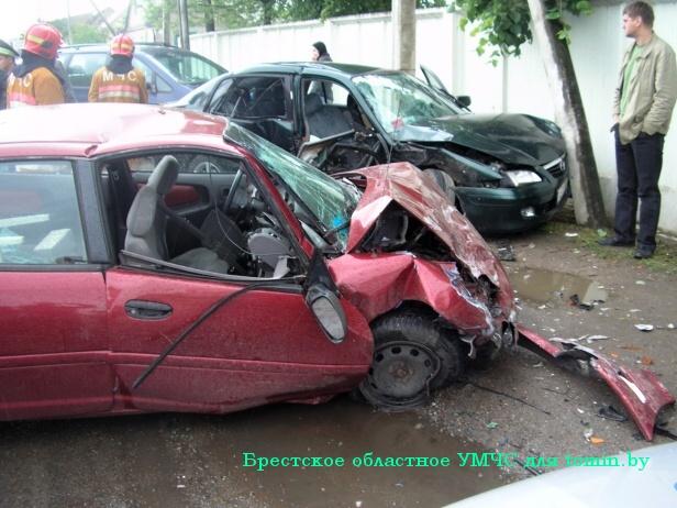 «Мазда» и «Крайслер» столкнулись в Барановичах: пассажирку японской иномарки зажало в салоне