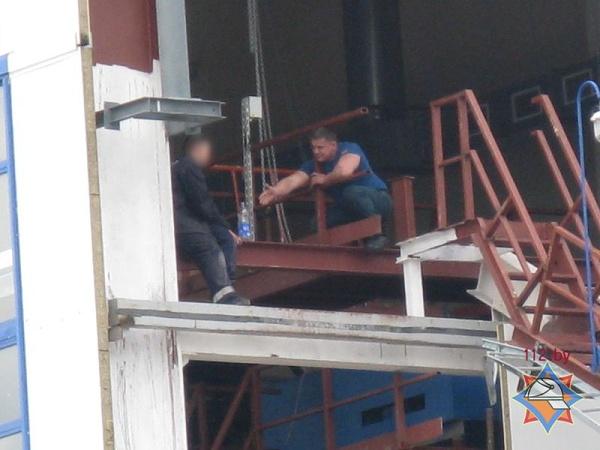 В Лунинце мужчина угрожал сброситься с пятого этажа. Самоубийство предотвратили спасатели - фото