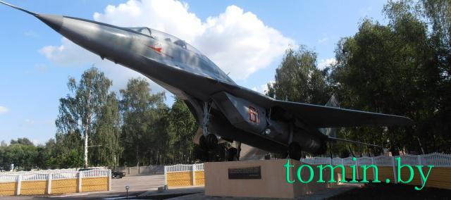 Барановичи. Памятный знак «Самолет «МиГ-29 учебно-боевой» - фото