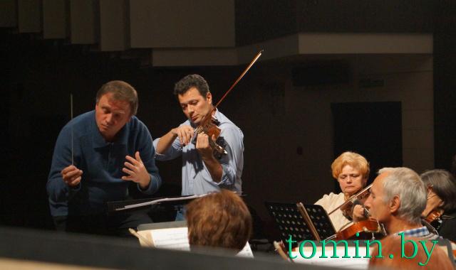 Скрипач Тигран Майтесян снова играет в Бресте. Фото Тамары ТИБОРОВСКОЙ.