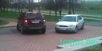 Брест: на набережной Скорины покупатели «Алми» при пустой парковке ставят авто на тротуаре под магазином - фото