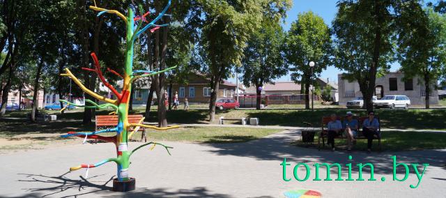 Дерево мечты в городском сквере г. Высокое. Фото Тамары ТИБОРОВСКОЙ