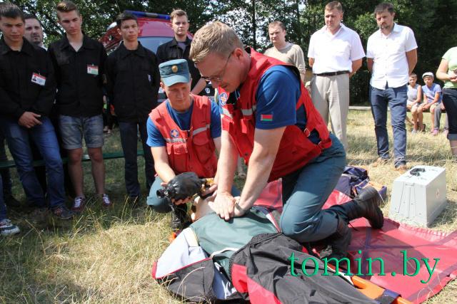 Медики-спасатели во главе с Александром Чекаловым проводят мастер-класс на озере Медно в Брестском районе- фото