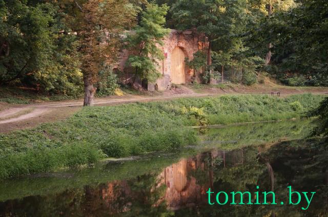 Руины въездной брамы в г.Высокое. Фото Тамары ТИБОРОВСКОЙ.