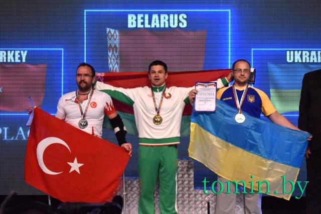 Виктор Братченя завоевал две золотые медали чемпионата мира по армрестлингу в Болгарии - фото