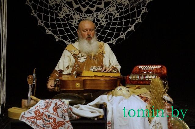 Иван Кирчук  в моноспектакле «Дарожка мая». Фото Тамары ТИБОРОВСКОЙ