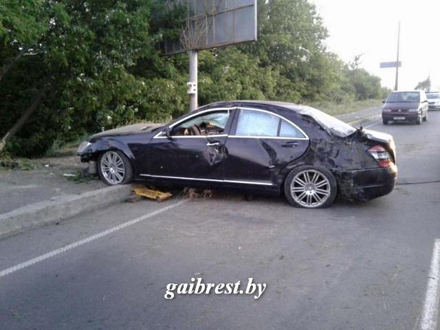 В Бресте пьяная автоледи устроила дрифт на перекрестке, пыталась скрыться от ГАИ и вылетела в кювет  - фото