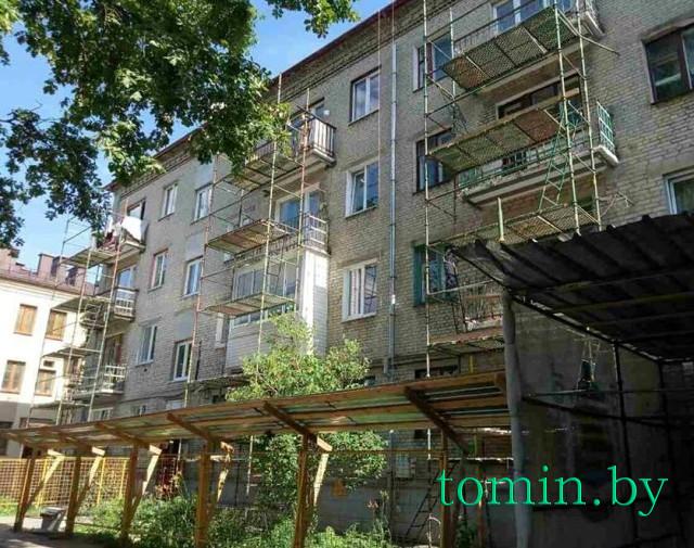 В Бресте на Гоголя со строительных лесов на уровне третьего этажа упал кровельщик- фото