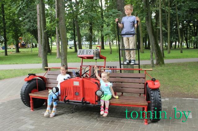 Пожарная машина-скамейка - новый арт-объект в брестском парке - фото