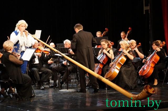 Альпхорнист Евгений Несмачный и симфонический оркестр БАТД. Фото Тамары ТИБОРОВСКОЙ