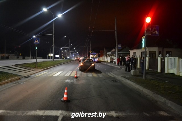 В Бресте «Мерседес» сбил пьяного пешехода, переходившего дорогу на красный свет - фото