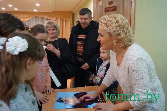 Ольга Плотникова с брестскими поклонниками. Фото Тамары ТИБОРОВСКОЙ
