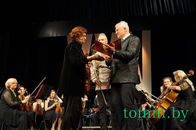 Сергей Панасюк вручает награду Нелли Наумовой (альт). Фото Тамары ТИБОРОВСКОЙ